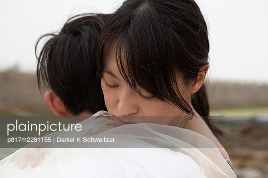Junges Liebespaar umarmt sich  - p817m2291155 von Daniel K Schweitzer