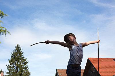Junge im Rollenspiel - p1308m2057167 von felice douglas