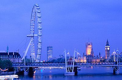 London Eye, Big Ben und Houses of Parliament, Themse, London, England, Großbritannien - p6090376 von MONK photography