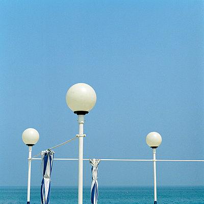 Zusammengefaltete Vorhänge am Strand - p949m658307 von Frauke Schumann