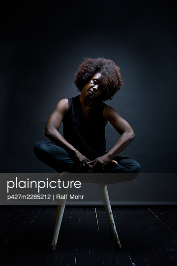 African woman on a stool - p427m2285212 by Ralf Mohr