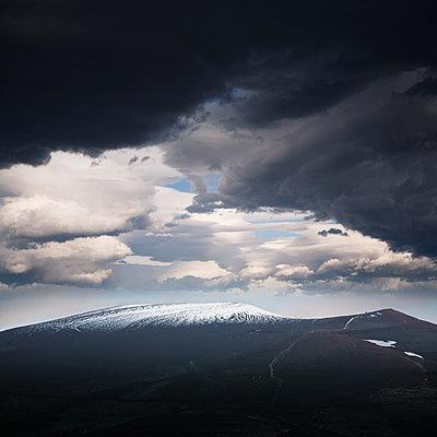 Gewitterwolken über dem Vulkan Osorno - p1038m2087598 von BlueHouseProject