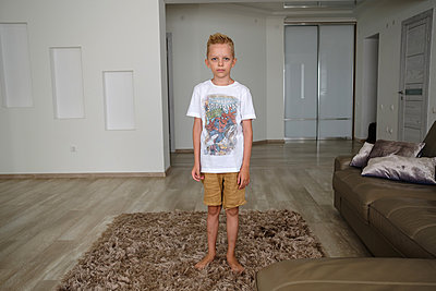 Blonde boy in living room, Stay at home due to Covid-19 - p1363m2178813 by Valery Skurydin