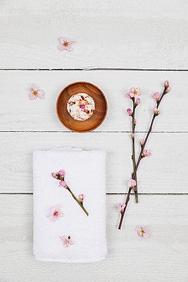 Cherry blossom soap ball with towel - p300m1580726 von Gaby Wojciech