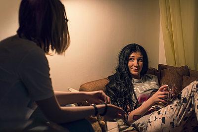 Caucasian women talking in living room - p555m1306119 by Maxim Chuvashov