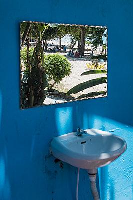Thailand, Spiegel mit Spiegelung von einem Strand - p728m2284990 von Peter Nitsch