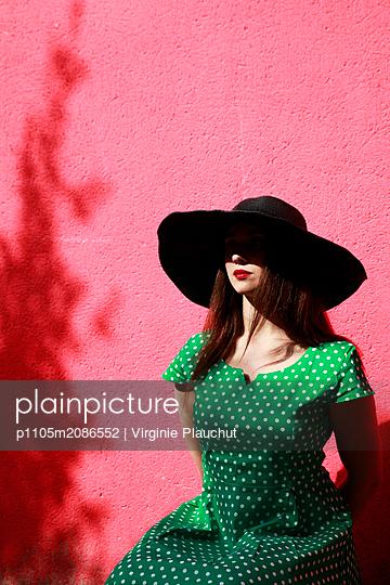 Frau mit Hut - p1105m2086552 von Virginie Plauchut