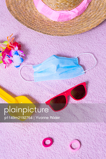 Summer holidays with protection mask - p1149m2192764 by Yvonne Röder