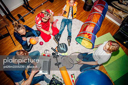 High angle view of family sitting on floor - p426m2205239 by Maskot