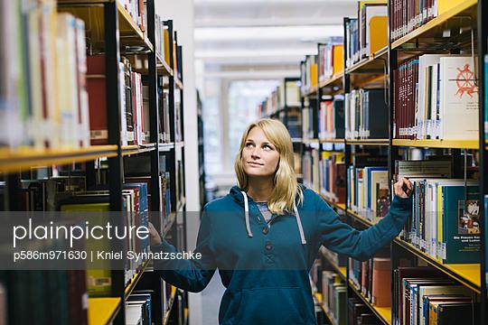Junge Frau in der Bibliothek - p586m971630 von Kniel Synnatzschke