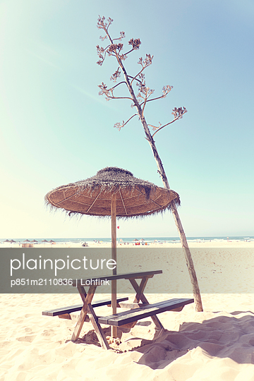 Traditional parasol with seat on the beach - p851m2110836 by Lohfink