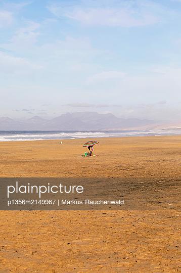 Verlassener Sonnenschirm am Strand - p1356m2149967 von Markus Rauchenwald