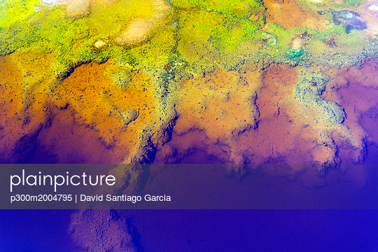 Spain, Andalusia, water of the Rio Tinto, coloured by dissolved minerals, primarily iron - p300m2004795 von David Santiago Garcia