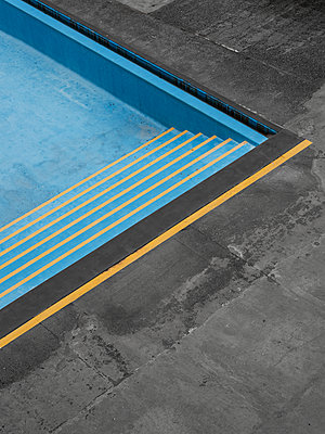Empty swimming pool - p1280m2215715 by Dave Wall