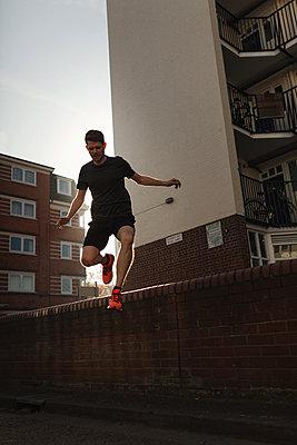 Urban Running in London East End - p1477m2038917 by rainandsalt