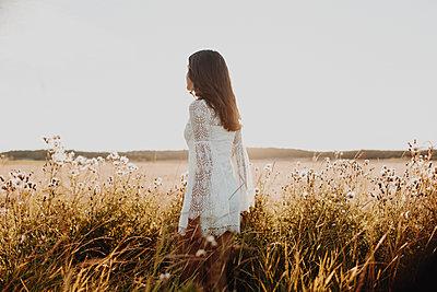 Junge Frau genießt den Sommer - p1556m2132284 von Alma Vestlund