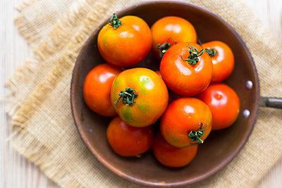 Fresh tomatoes in pan, overhead view - p300m2029188 von Giorgio Fochesato