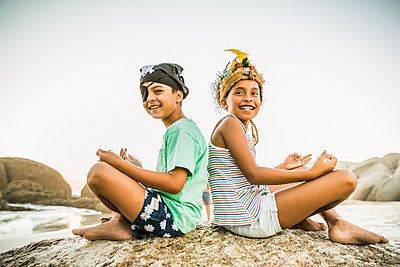 Kids dressed up as pirat and indian princess on the beach - p300m2167573 by Floco Images