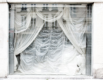 Shop window with curtains - p445m1133740 by Marie Docher