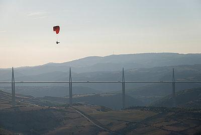 Paraglider Millau - p759m1207282 von Stefan Zahm