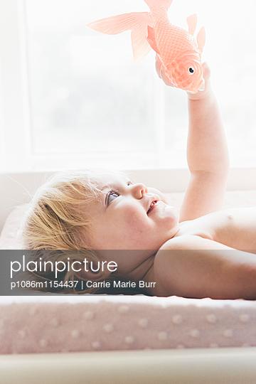 Kleines Mädchen spielt mit Stofftier - p1086m1154437 von Carrie Marie Burr