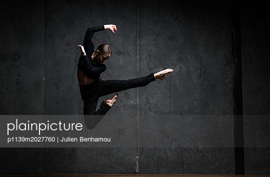 Ballerina im Sprung - p1139m2027760 von Julien Benhamou