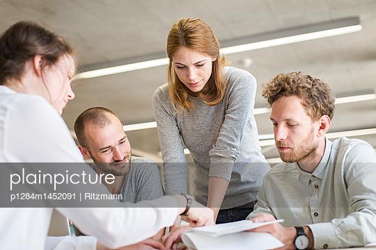 Vier Studenten in einer Lerngruppe - p1284m1452091 von Ritzmann