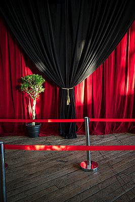 Beleuchteter Theatervorhang - p1170m1044336 von Bjanka Kadic