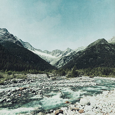 Scenic view of Mallero mountain river and mountains against sky, Lombardy, Italy - p300m2143524 by Dirk Wüstenhagen