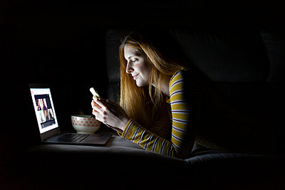 Barcelona, Spain, Young woman at home doing a videoconference with friends. Videoconference, friends, family, dinner, lonely, loneliness, connection, pandemia, quarantine, chat, miss friends, connected, interconnection, interjet, coronavirus, friendship,  - p300m2169913 von VITTA GALLERY