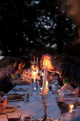 Garden party with candlelight - p335m1111414 by Andreas Körner