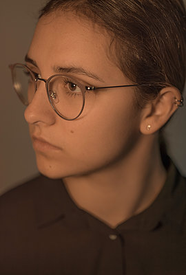 Young woman with glasses, portrait - p552m2089416 by Leander Hopf