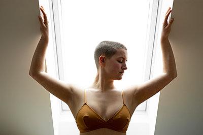 Junge Frau in BH, Portrait - p552m2157586 von Leander Hopf
