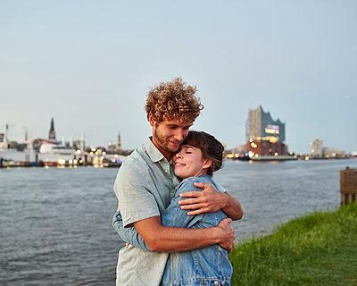 Paar umarmt sich vor Hamburg Panorama - p1124m1150191 von Willing-Holtz