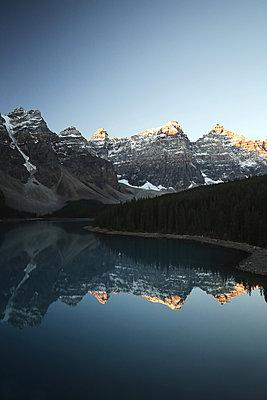 Sunrise Moraine Lake - p1341m1559690 von Conny Hepting