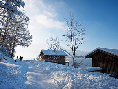 Germany, Kochel am See, hiker on snow-covered trail - p300m1018941f by Albrecht Weisser