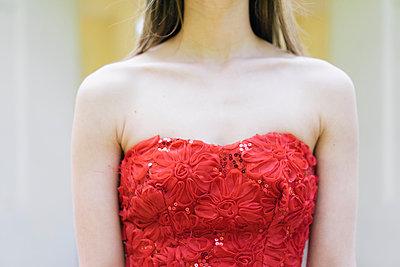 Frau im  roten Partykleid - p586m1041913 von Kniel Synnatzschke