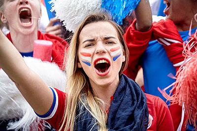 French football fan cheering at match, portrait - p623m1546152 by Belen Majdalani