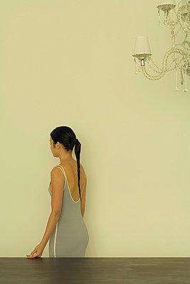 Woman standing near chandelier - p6750350 by Matthieu Spohn
