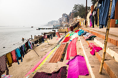 Washing drying on ghats next to the River Ganges, Varanasi, Uttar Pradesh, India, Asia - p871m1554866 by Matthew Williams-Ellis