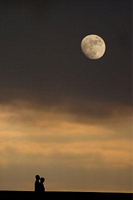 Spaziergaenger am Abend unter dem Mond - p9792053 von Jaeckel