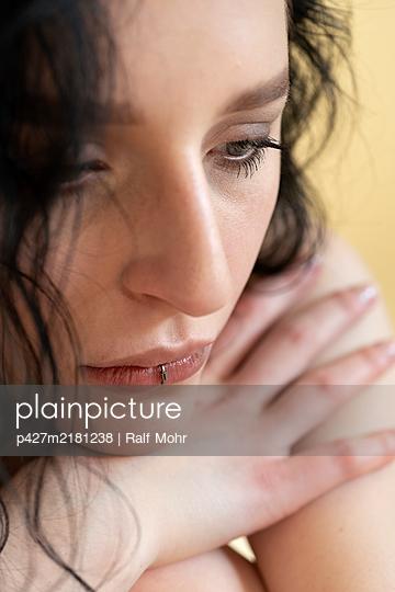 Junge Frau mit Lippen Piercing - p427m2181238 von Ralf Mohr