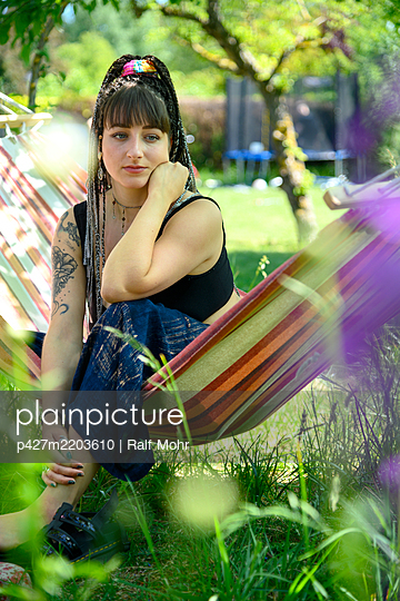 Young woman musing in a hammock - p427m2203610 by Ralf Mohr