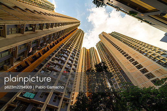 Exterior view of residential buildings in Hong Kong - p623m2294909 by Pablo Camacho