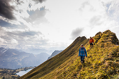 Germany, Bavaria, Oberstdorf, two hikers walking on mountain ridge - p300m1537509 by Uwe Umstätter