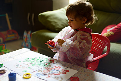 Little girl painting at home - p300m2004802 von Javier Sánchez Mingorance