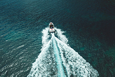Traveling in a motorboat, aerial view - p1437m2283313 by Achim Bunz