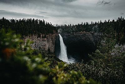 Abgelegener Wasserfall in Kanada - p1455m2193341 von Ingmar Wein