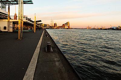 View of Elbe river with deserted Landungsbrücken, Hamburg - p341m2175859 by Mikesch