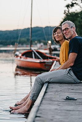 Couple relaxing at Lake Baldeneysee - p586m1172050 by Kniel Synnatzschke